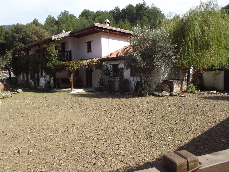 Nif'de 4936 m2. arazi içinde çiftlik evi
